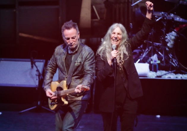 Mira el vídeo de Patti Smith, Bruce Springsteen y Michael Stipe cantando juntos